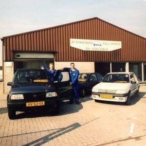 De eerste locatie van Autobedrijf Otten met de beide eigenaren in beeld